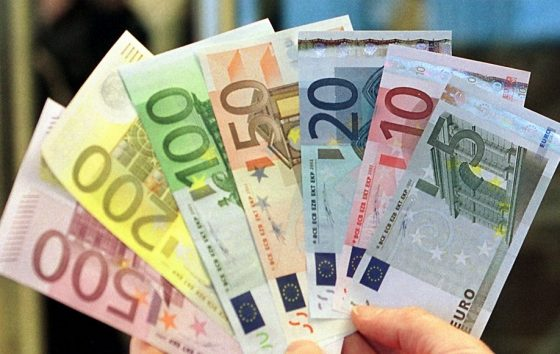 Euro menyungkurkan Dolar AS