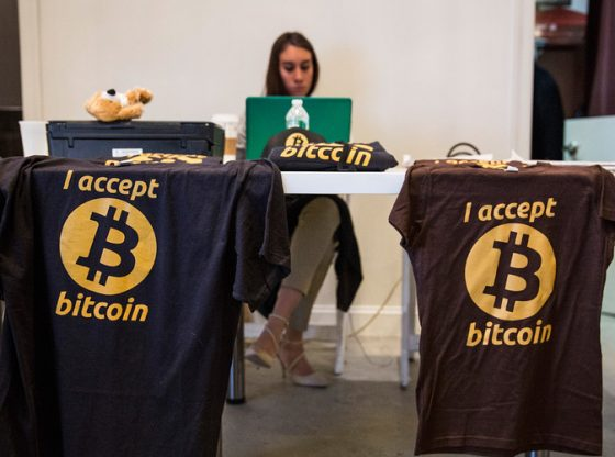 Penjual kaos bertuliskan menerima pembayaran Bitcoin