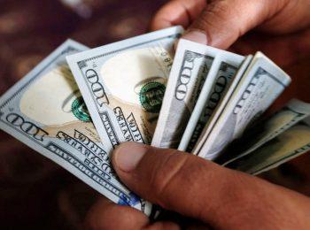 Dolar AS bertahan dari serbuan mata uang lainnya.