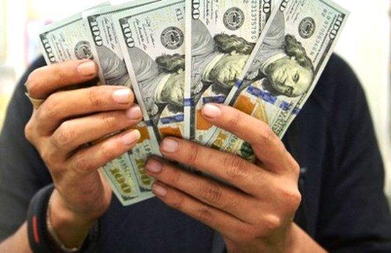 Dolar AS melemah terkait indikator ekonomi yang lebih dingin pada minggu lalu.