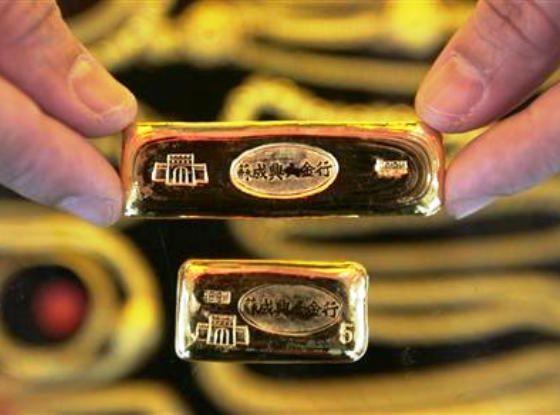 Harga emas naik meski dolar AS juga naik