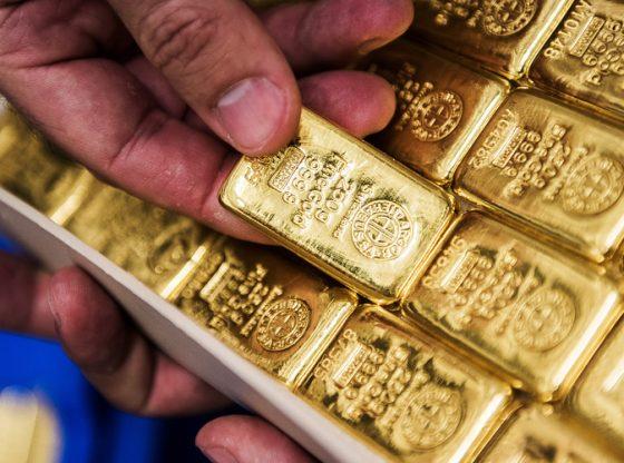 Harga emas naik setelah Dolar AS melemah tipis. (Lukman Hqeem)